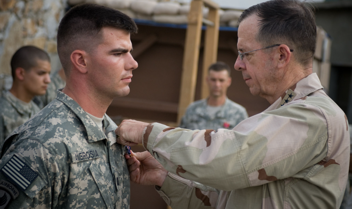 Army Captain Gregory Ambrosia receiving the Silver Star from Navy Admiral Michael Mullen, Chairman of the Joint Chiefs of Staff.